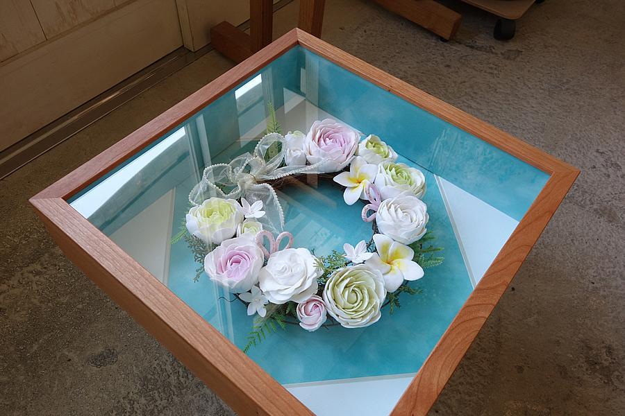 ウエディングリースを飾る箱型の無垢の木ブラックチェリーの額縁(立体額)