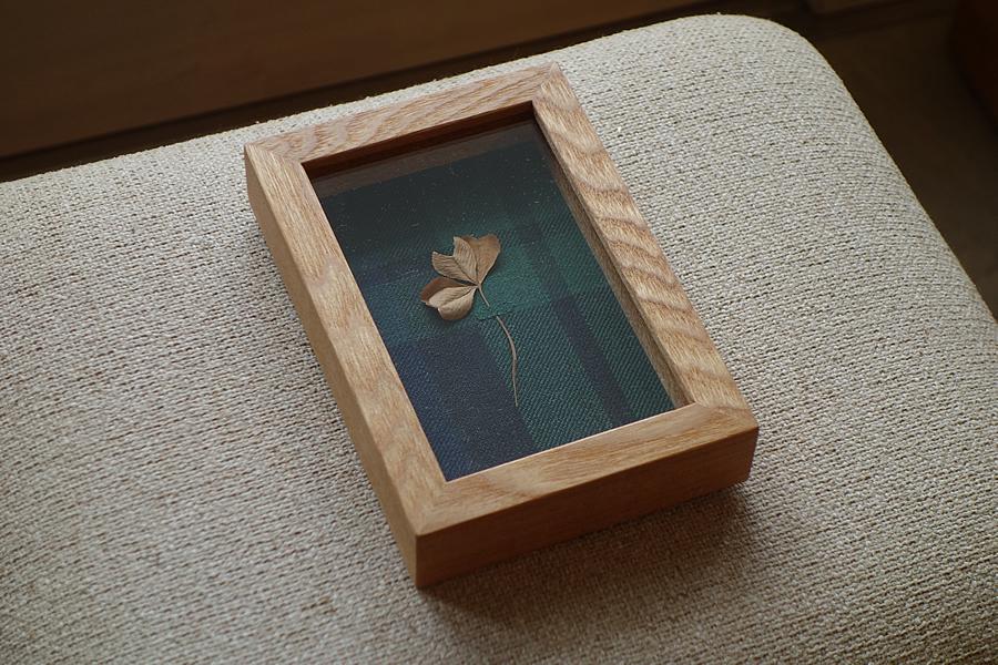 初めて見つけた四つ葉のクローバーを飾る箱型の額縁(立体額)