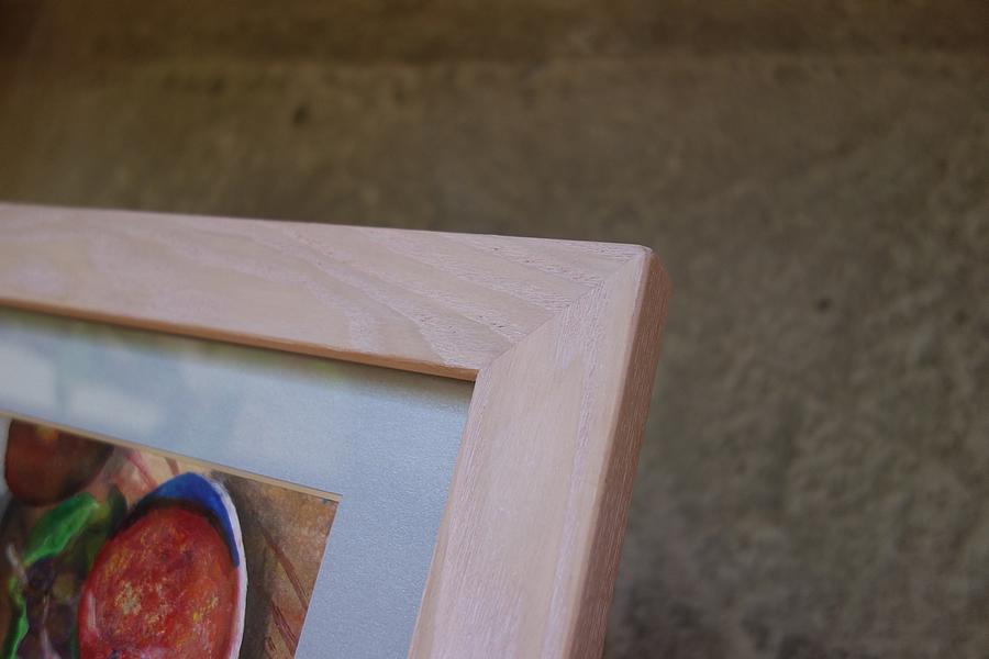 作品展に出展する作品に合せた特別な色の無垢の木タモの額縁