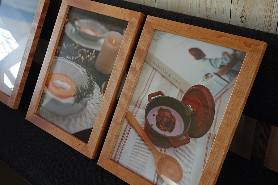 作品展に出展する作品に合せた写真を飾る無垢の木額縁