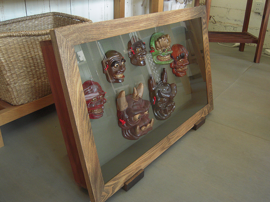 焼き物の鬼面を飾る箱型額縁(立体額)