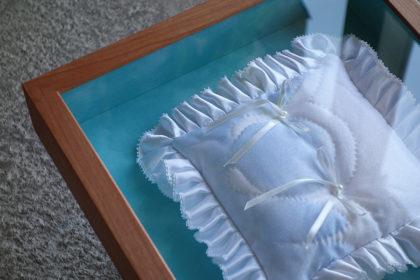 結婚式での想い出のアイテム、リングピローを飾る箱型額縁