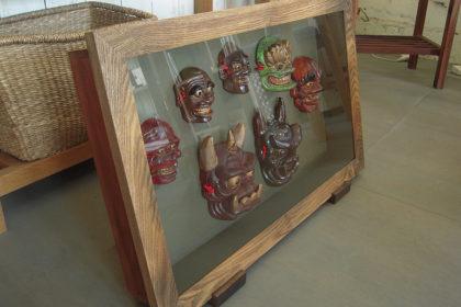 焼き物の鬼面を飾る箱型額縁