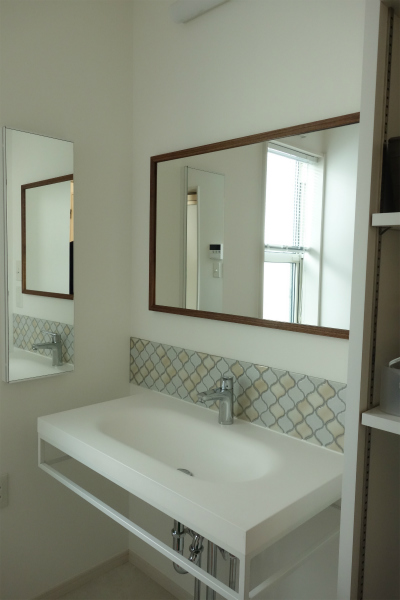 洗面所に設置した無垢の木の鏡
