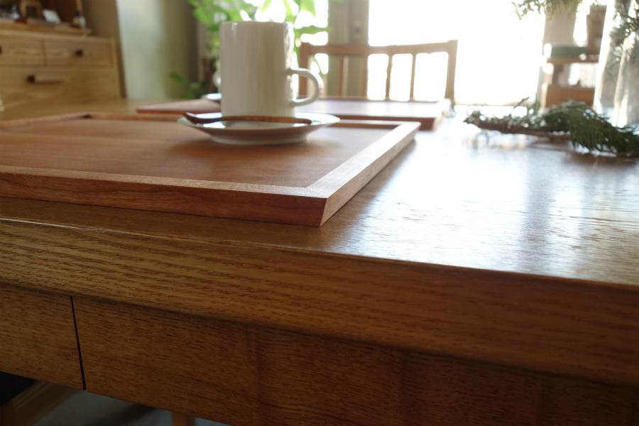 無垢の木のランチョンマットトレイのテーパーになったフチのデザイン