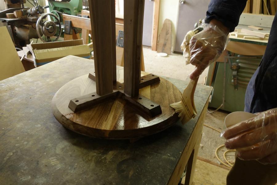 無垢の木のサイドテーブルにオイルを塗り仕上げています