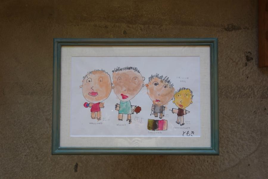 子どもの作品を飾る、淡い緑色の手彩色の額縁