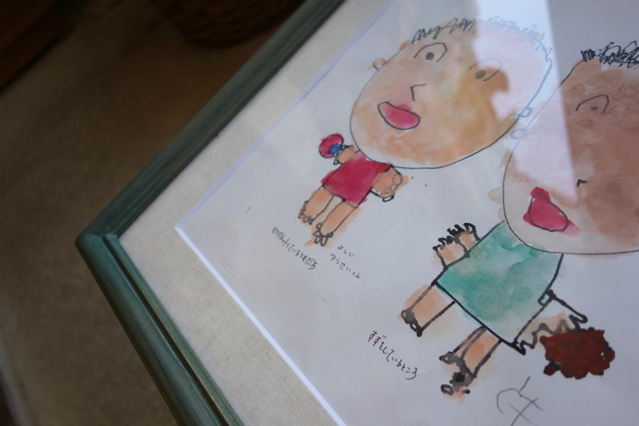 子どもの作品を飾る、淡い緑色の手彩色の額縁の、マットボードと作品一部の拡大写真