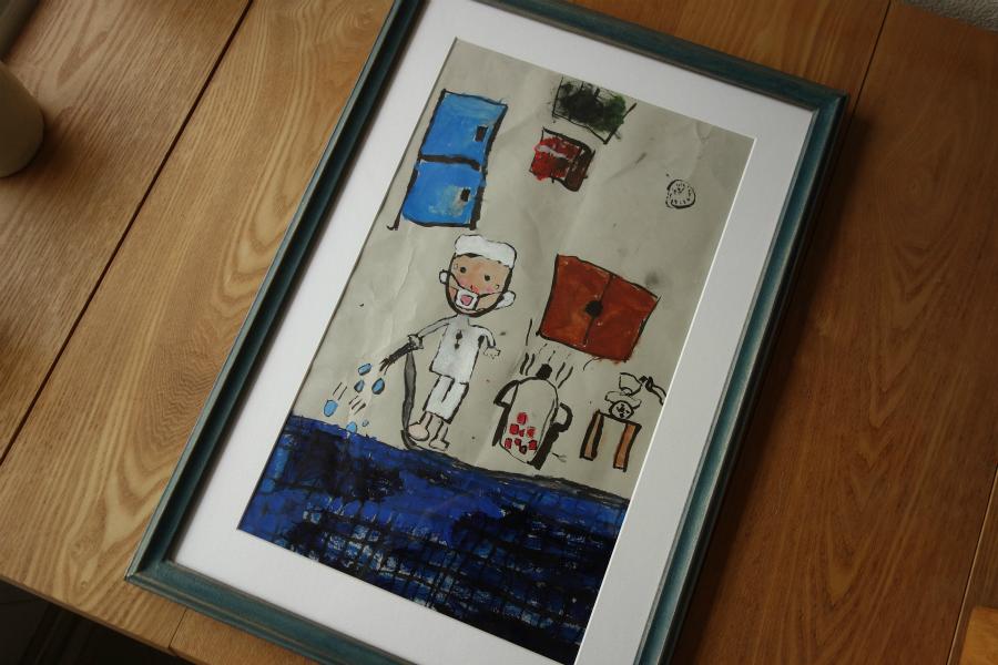 子どもの作品の気に入っている部分を際立たせて飾る手彩色の淡い青色の額縁