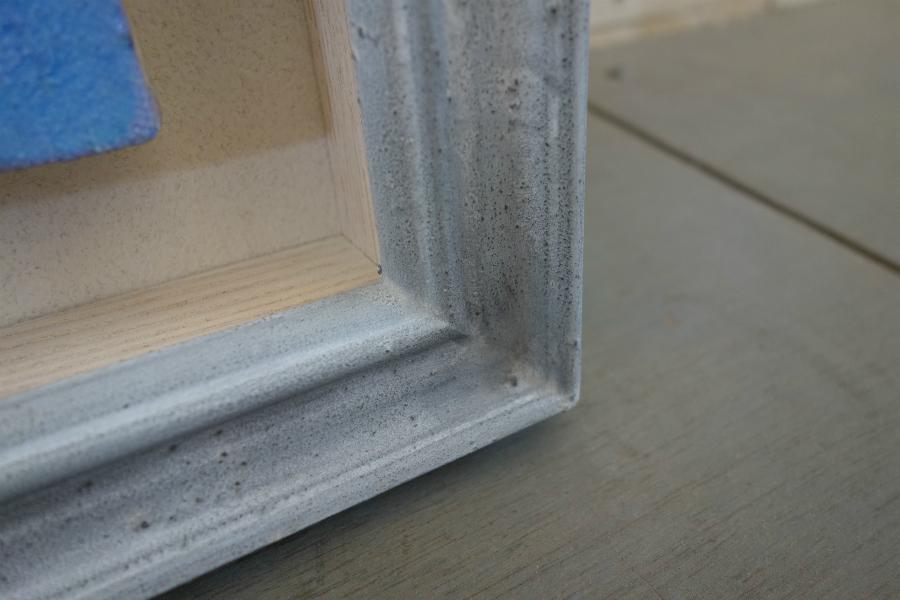 キャンバス作品を飾る奥行きのある淡いグレー色の手彩色の額縁のコーナー部分の拡大