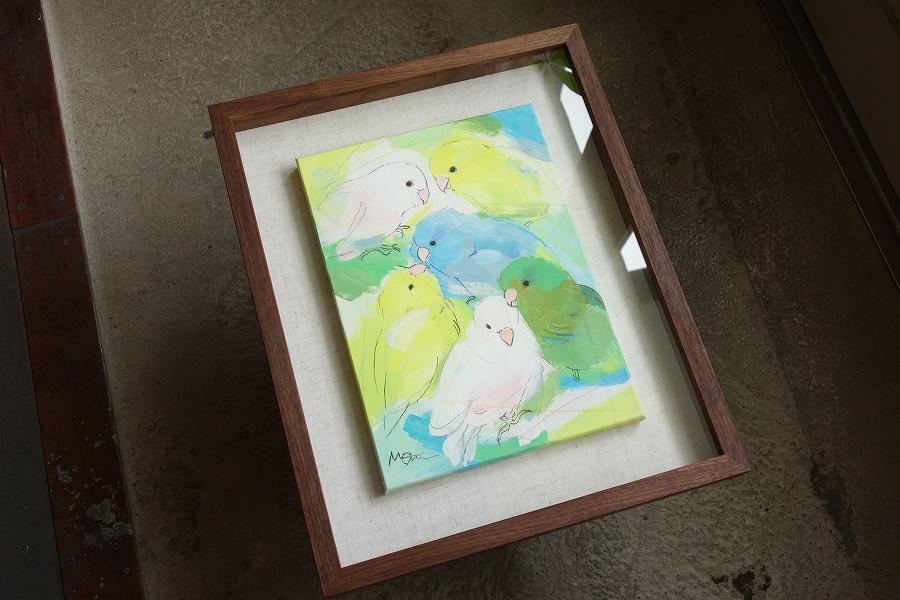 キャンバスに描かれたインコの絵を飾るブラックウォールナットの箱型・立体額縁。