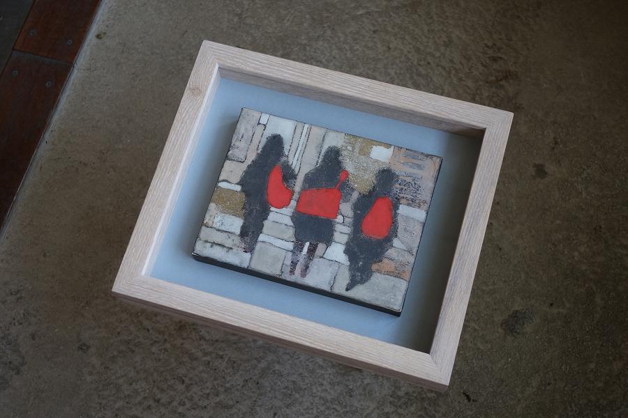 無垢の木タモをホワイトオイルで仕上げた箱型額縁・立体額に、パネル作品を飾っています。