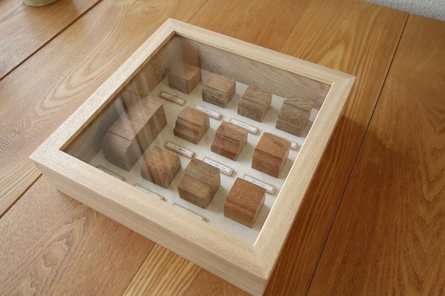 積み木のようにカットした廻り縁を美しく配列し、箱型(立体額)の無垢の木の額縁に飾ります。