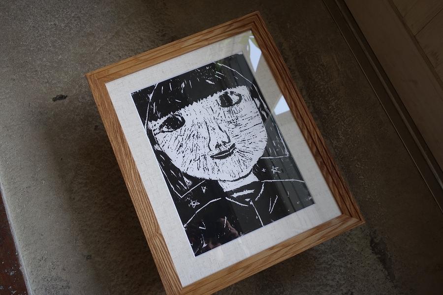 お子様の制作した木版画作品にボリューム感のある無垢の木の額縁を。