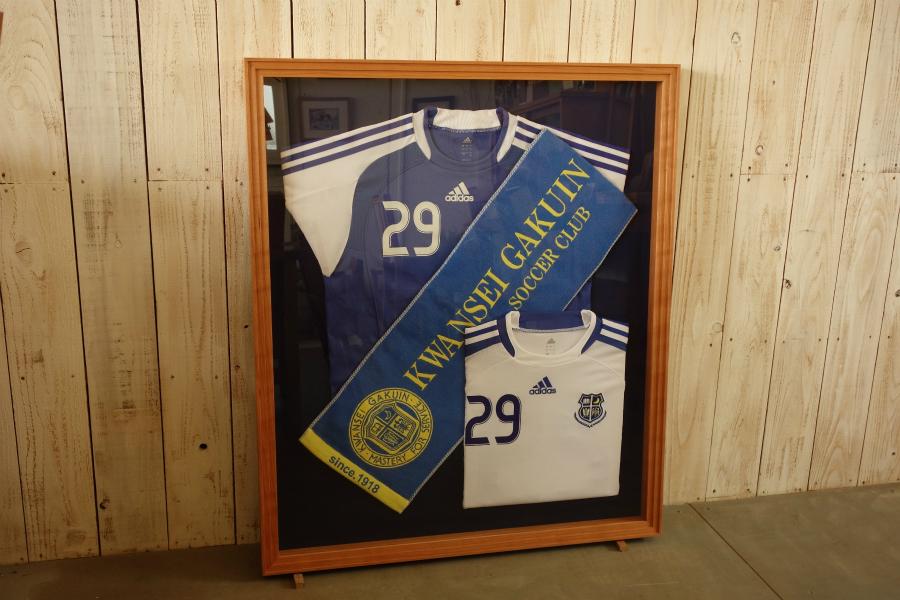 サッカーチームのユニフォームとチームタオルを飾る、無垢の木ブラックチェリーの箱型の額縁(立体額)