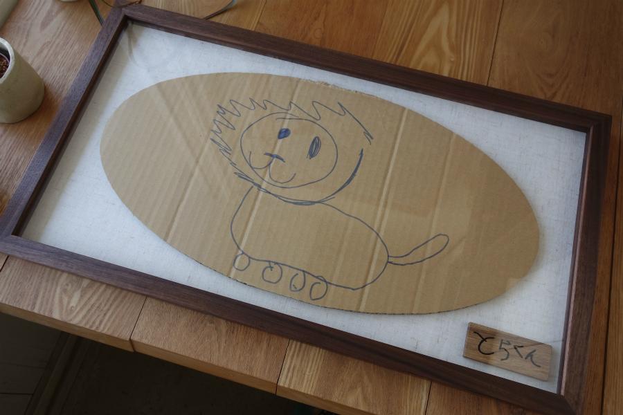 ダンボールに描かれたお子さまの絵を飾る無垢の木ブラックウォールナットの箱型の額縁(立体額)
